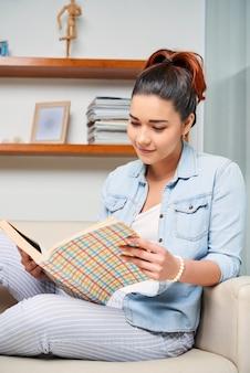 Mujer leyendo un libro