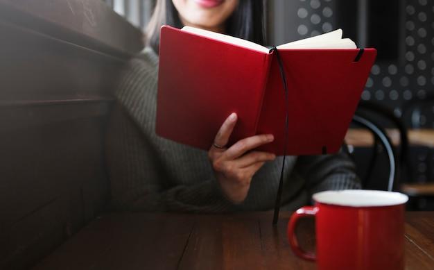 Mujer leyendo la oficina en casa poner en marcha concepto