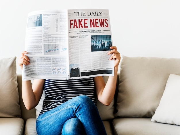Mujer leyendo el periódico