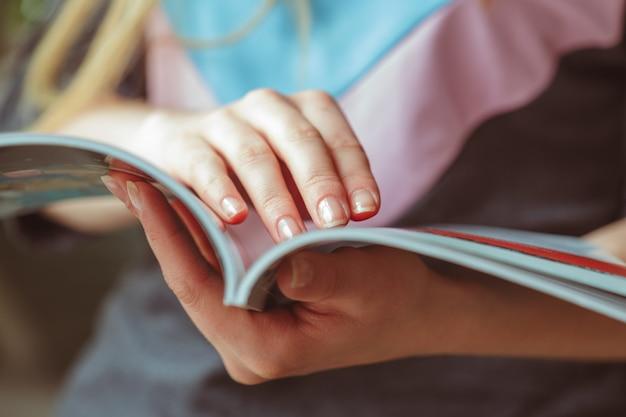 Mujer leyendo revista en casa