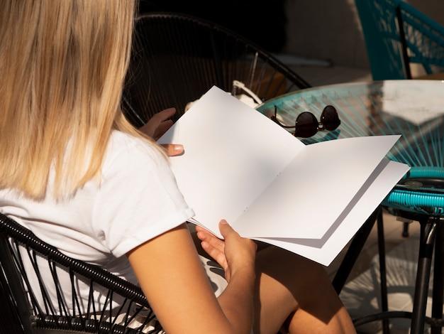 Mujer leyendo una revista de maquetas