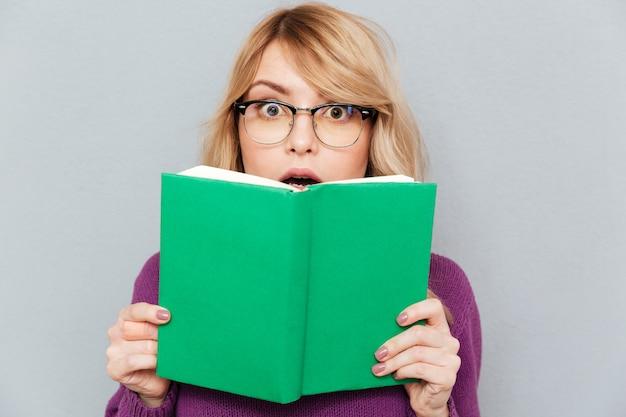 Mujer con libro verde