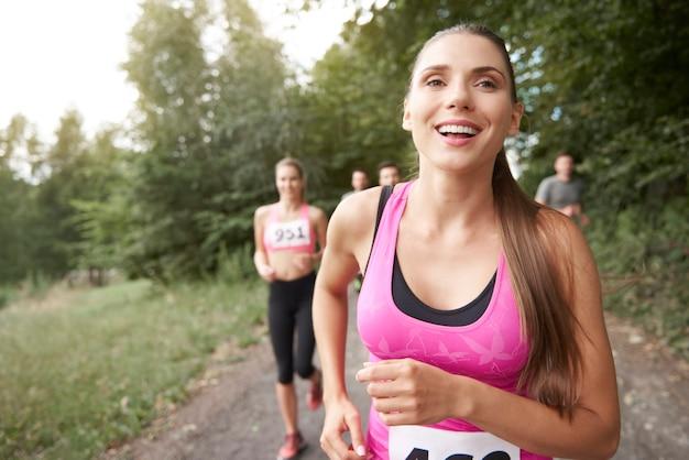 Mujer líder alegre en el maratón