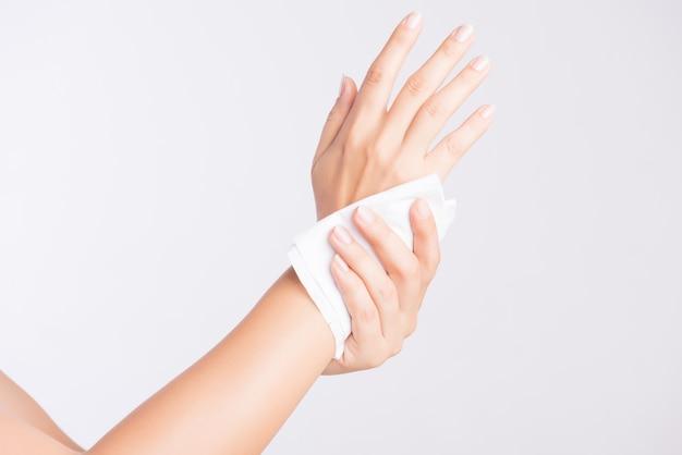 Mujer limpiando sus manos con un pañuelo. concepto de salud