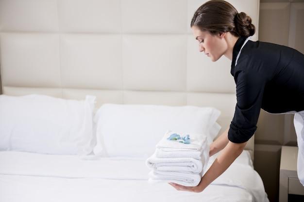 Mujer, limpieza, habitación, en, hotel