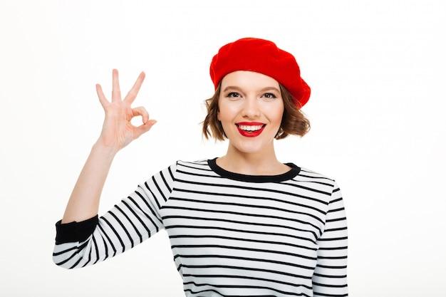 Mujer linda joven que muestra gesto aceptable.