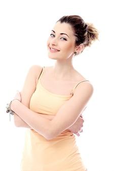 Mujer linda y romántica muestra su aspecto encantador
