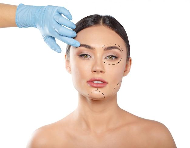 Mujer con líneas punteadas en la cara, cosmetología