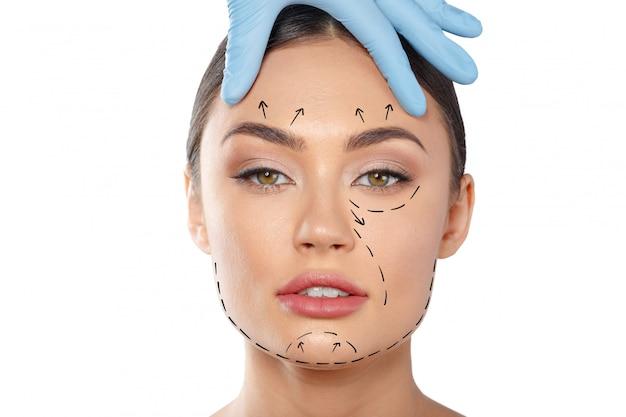 Mujer con líneas de puntos en la cara, cosmetología.