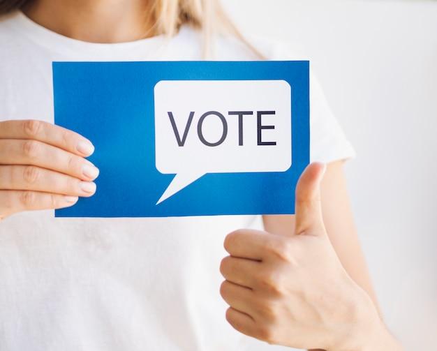 Mujer lista para votar en primer plano