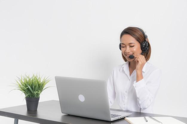 Mujer llamada centro sentado en la computadora portátil.