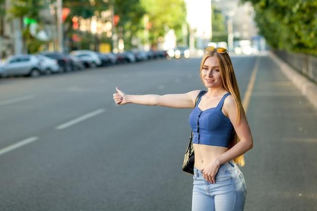 Mujer llamando a un taxi