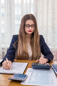 Mujer llenando el formulario 1040, trabajo en la oficina