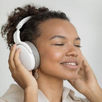 Mujer, llevando, auriculares, cicatrizarse