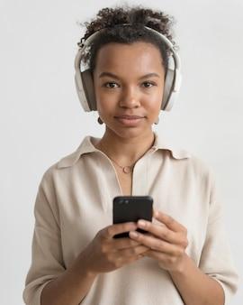 Mujer, llevando, auriculares