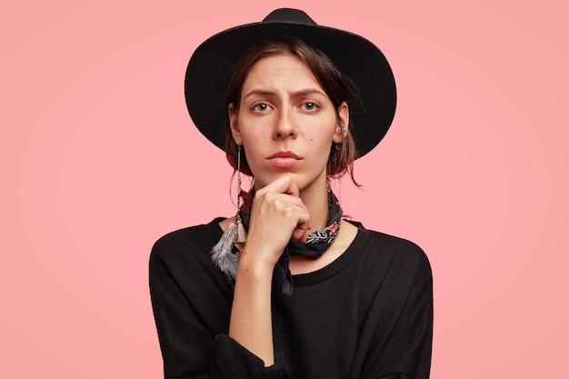 Mujer, llevando, elegante, sombrero negro