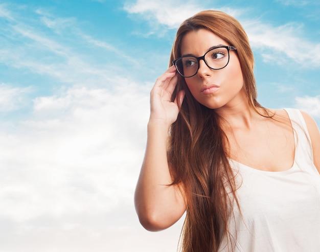 Mujer llevando gafas con encanto.