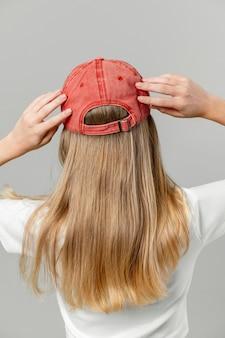 Mujer, llevando, un, gorra roja