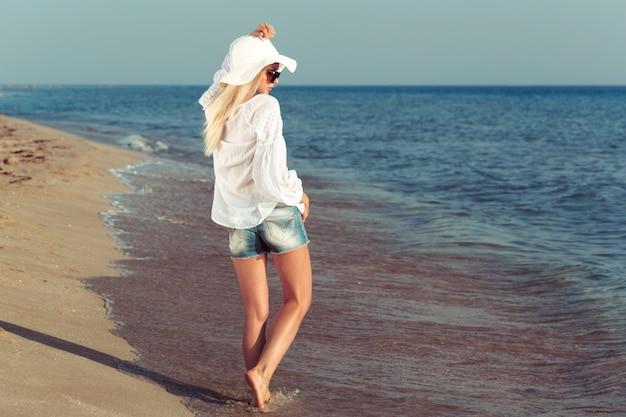 Mujer, llevando, un, sombrero de paja