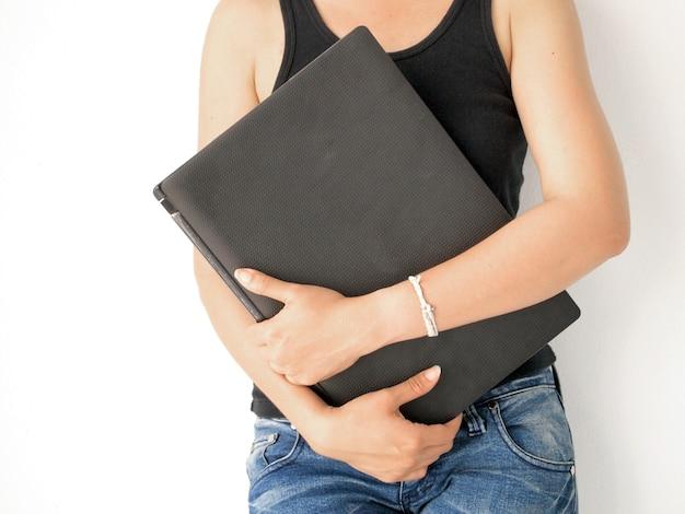 Mujer llevando su laptop