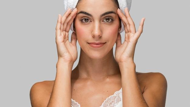 Mujer, llevando, un, toalla, en, ella, cabeza