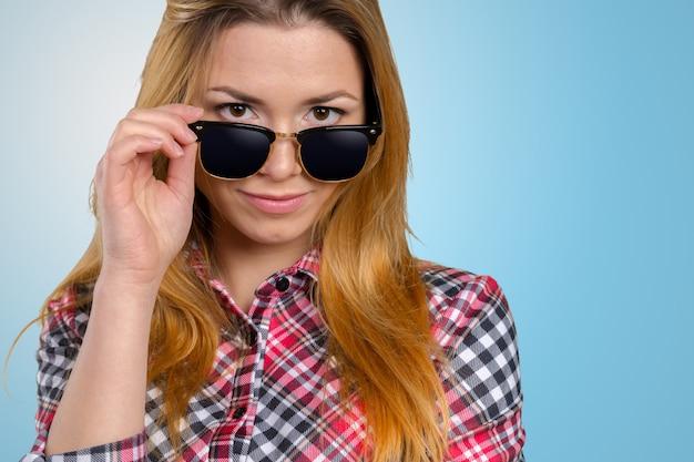 Mujer, llevar lentes de sol