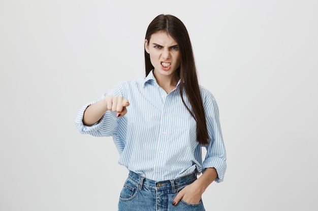 Mujer loca señalando con el dedo al frente, hacer acusación