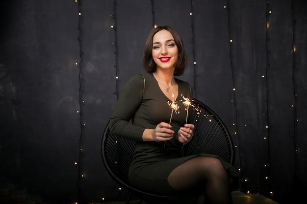 Mujer con luces de bengala
