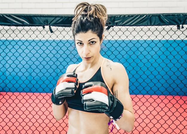 Mujer luchadora de cerca