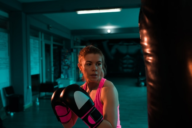 Mujer luchadora en entrenamiento de noche.
