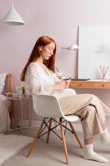 Mujer en el lugar de trabajo trabajando