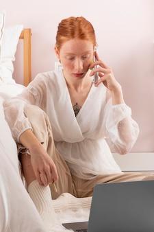 Mujer en el lugar de trabajo usando laptop