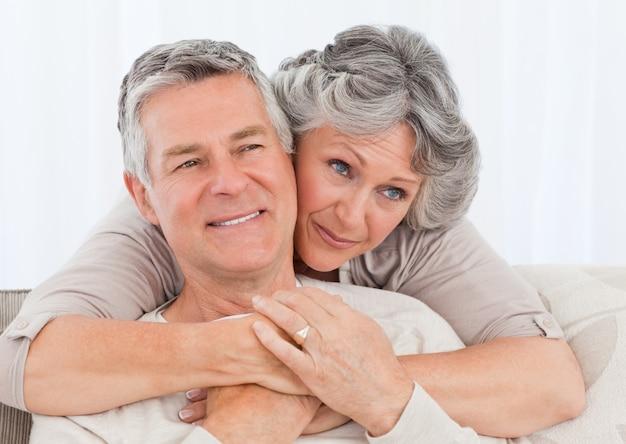 Mujer madura abrazando a su marido