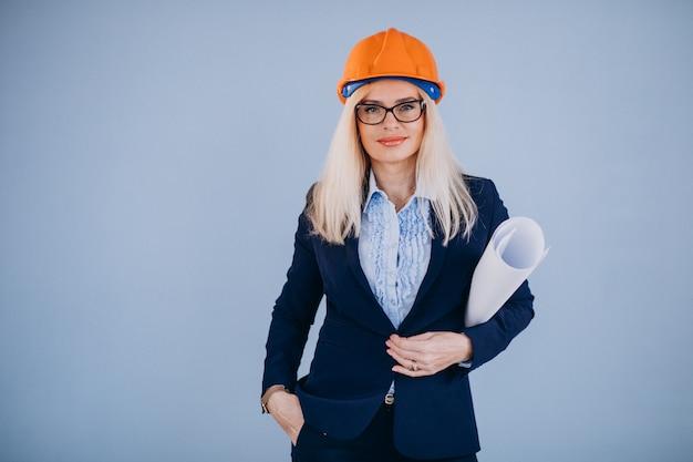 Mujer madura arquitecto en casco