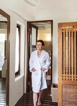 Mujer madura en una bata de baño en un resort