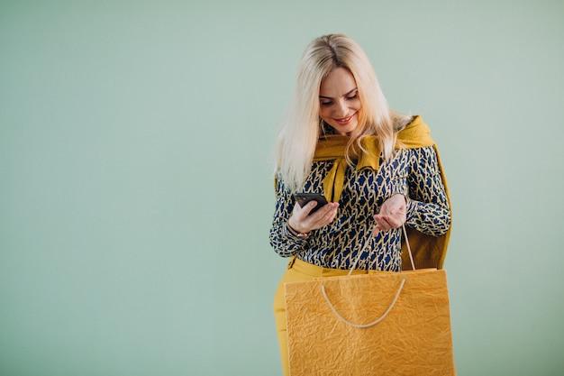 Mujer madura con bolsas de compras