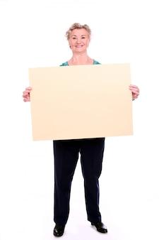 Mujer madura con un cartel en blanco