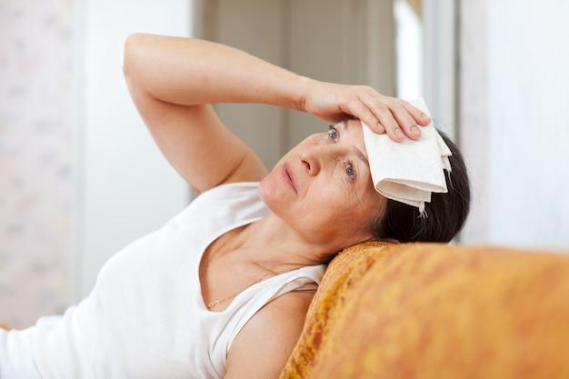 Mujer madura enferma