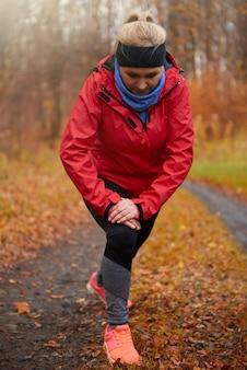 Mujer madura, estirar, antes, ejercicio