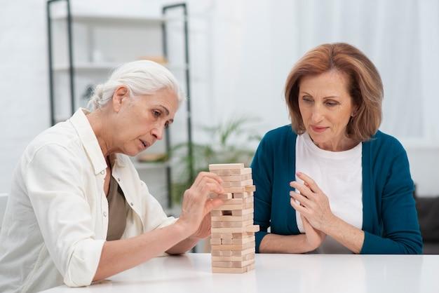 Mujer madura jugando un juego juntos