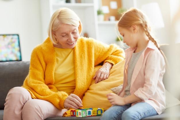 Mujer madura jugando con niña
