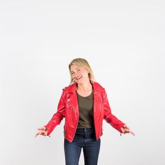 Mujer madura de moda en la chaqueta de cuero roja que se opone al fondo blanco