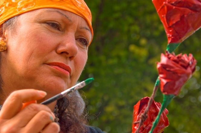 Mujer madura, pintura, flor, primer plano