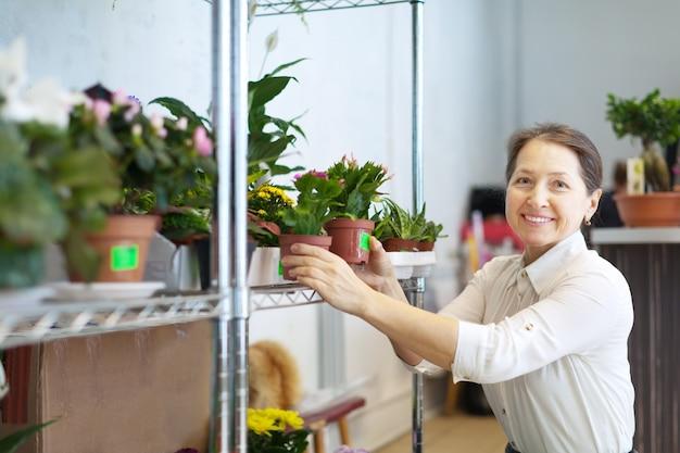 Mujer madura con la planta de schlumbergera