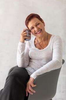 Mujer madura sonriente con el pelo corto