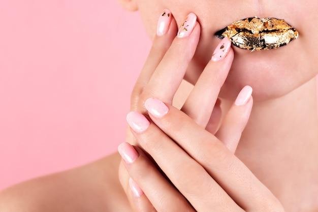 Mujer uñas manicura lápiz labial mismo color belleza retrato hermoso cuidado