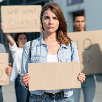 Mujer manifestando junto con activistas