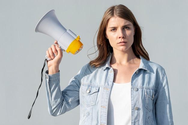 Mujer manifestando por la paz con megáfono