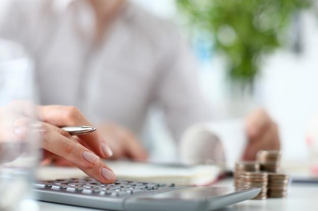 Mujer mano empuje en teclado calculadora