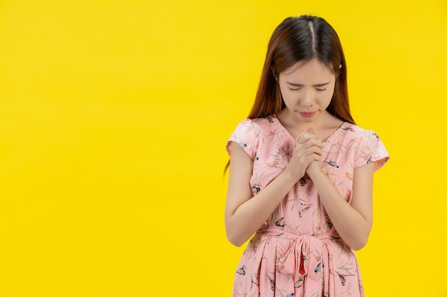Una mujer con una mano de oración